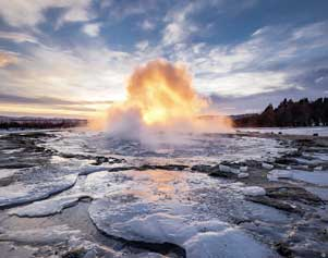 Der Geysir Strokkur im Winter in Island