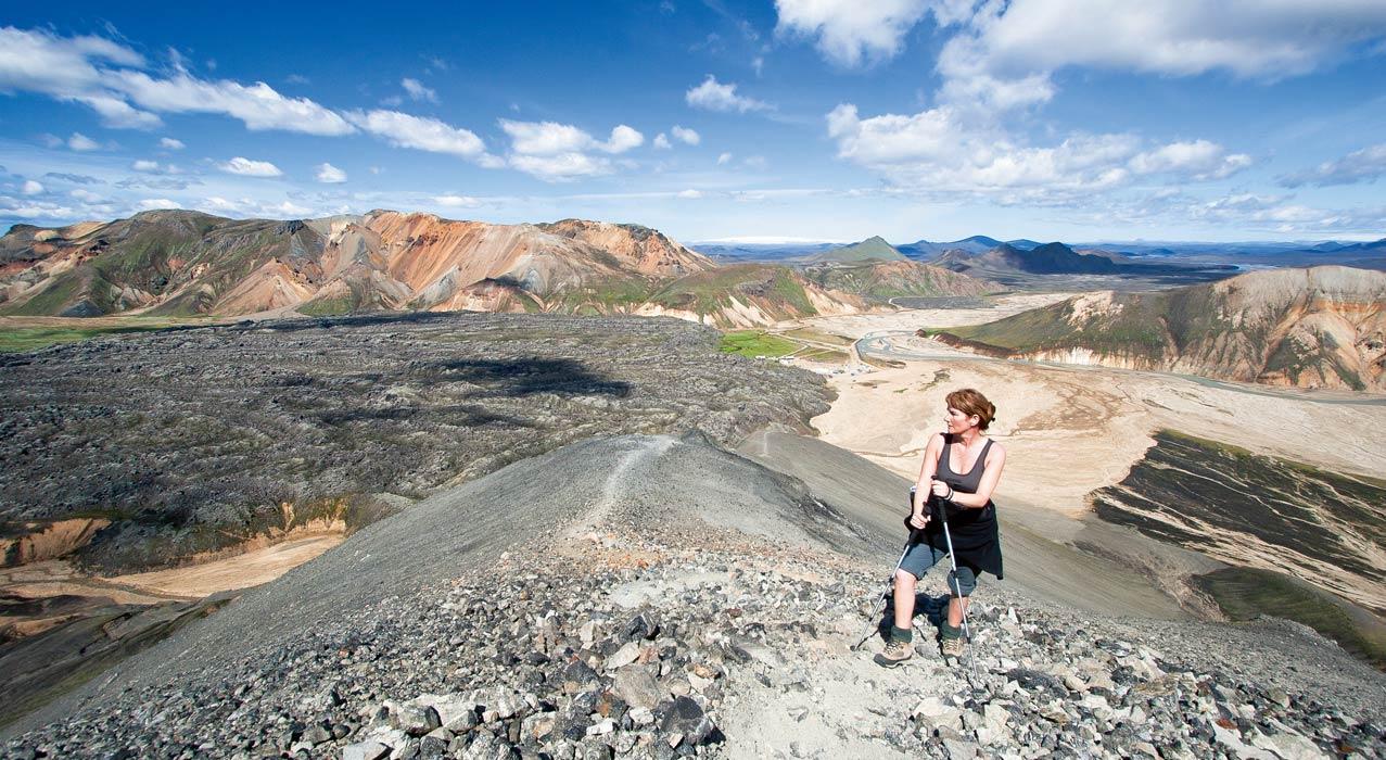 Wanderer bei Landmannalaugar im Hochland Islands.