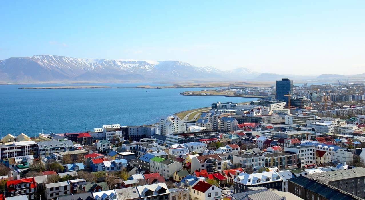 Reykjavik Stadt mit Berge